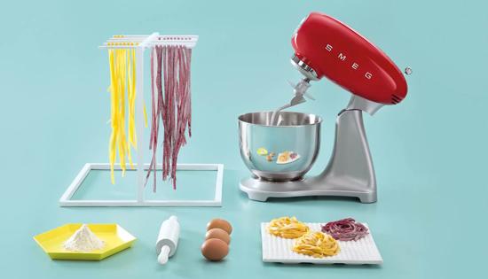 Oggetti del desiderio impastatrice smeg design vintage for Oggetti design cucina