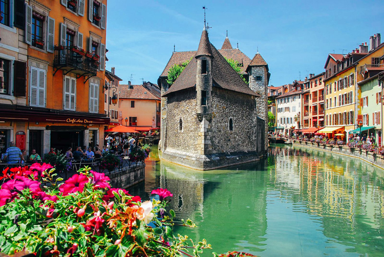 Annecy-La-vieille-ville-et-le-Thiou-s-1